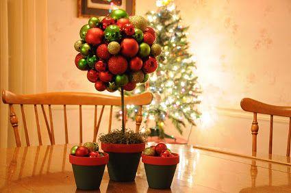 Decoración de mesas: topiario con esferas de arbol navideño