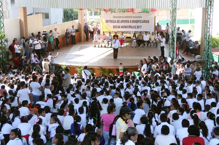 ACAPULCO, Gro. * 28 de noviembre de 2017. ] Gobierno de Acapulco Convencido de que el estímulo a la educación de niños y jóvenes los aleja de conductas de riesgo, el alcalde de Acapulco, Evodio Velázquez, realizó la tercera entrega de Becas Municipales 2017, apoyos a la educación para estudi...