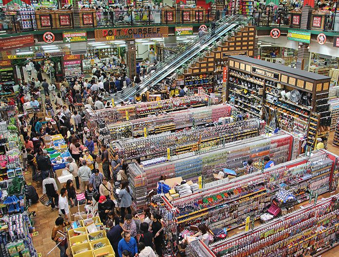"""掘り出し物が見つかる!半期に一度のビッグイベント『ハンズマンガラクタ市』!②  『ハンズマンガラクタ市』とは、1年に2回、春と秋にハンズマンが全店舗で一斉に開催するビッグイベント。  メイン通路に『ハンズマンガラクタ市』商品が詰まったワゴンがずらりと並べられます。  チラシで毎回ご紹介している「均一セール」では、65円・90円・185円・275円・370円・460円・925円・1,850円・2,750円・3,700円・4,600円・9,250円の12パターンの価格(税抜)で、日用消耗品や家庭用品、キッチン家電、電気・照明、文具、園芸用品、作業用品、工具・電動工具、アウトドア用品、ペット用品など、ハンズマンの豊富な品揃え、すべてのジャンルから、たくさんのアイテムを文字どおり""""桁違い""""の安さで大放出いたします! 人気商品も、マニアックな商品も、特価に!ぜひ、店頭で、驚きの価格を目撃してください!  もちろん、均一セール以外でも、各コーナーで商品をとってもお買得な価格で販売! どのコーナーも見逃せません♪"""