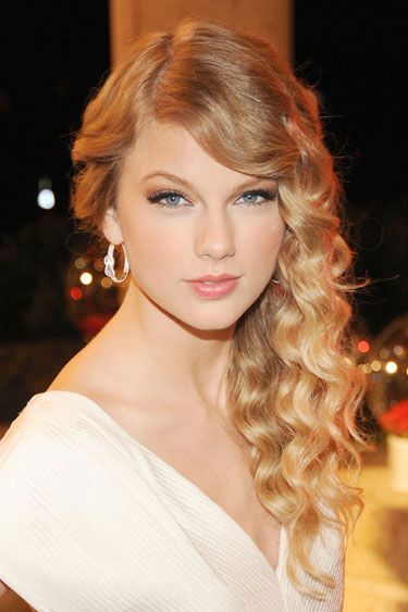 Taylor Swift's Beauty Transformation - 2009: At the BMI Country Awards Swift keeps it all to the side.