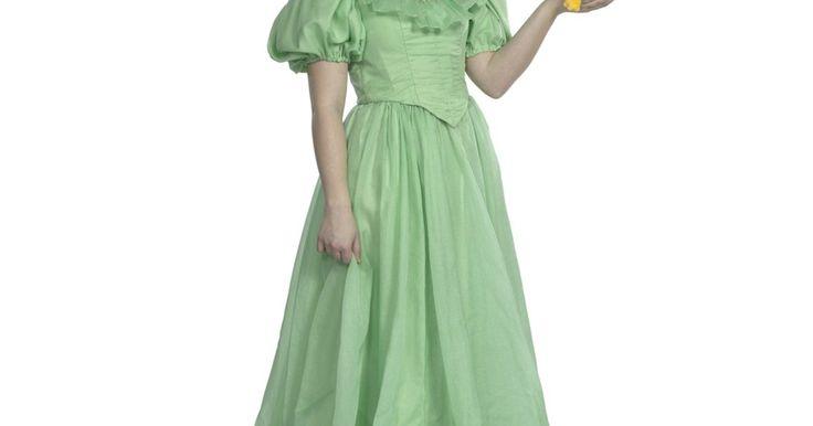 """Como fazer o vestido de """"A Princesa e o Sapo"""". A princesa Tiana é a heroína do filme da Disney """"A Princesa e o Sapo"""". O filme é uma história de conto de fadas e sua garotinha talvez comece a implorar para vestir-se como a linda princesa. Não se preocupe, já que com um pouco de paciência, você pode fazer uma fantasia caseira de Princesa Tiana usando apenas alguns produtos e materiais básicos. A ..."""