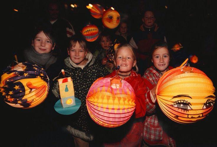 Op 11 november wordt in Nederland de naamdag van Sint Maarten gevierd. Kinderen lopen met lampionnen over straat en gaan in kleine groepjes de huizen langs om snoep of fruit te bemachtigen.