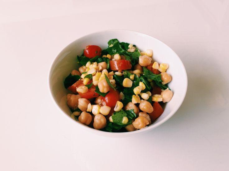 Só falta uma! Segunda-feira sai a última, fiquem ligados que tem surpresa vindo aí :) #99: Salada de grão de bico com tomate – Ingredientes: grão de bico cozido espinafre picado tomate cereja milho...