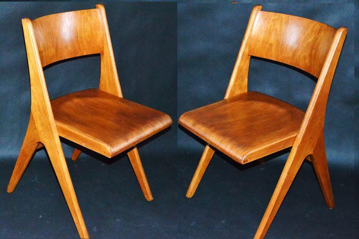 oryginalne krzesła wyprodukowane w  słynnej fabryce mebli Casala. Absolutna rzadkość pojawiające się w pojedynczych egzemplarzach. Krzesła z późnych lat 50- tych, początek lat 60-tych, model Pingwin (Penguin) zaprojektowany przez  Carla Sasse.