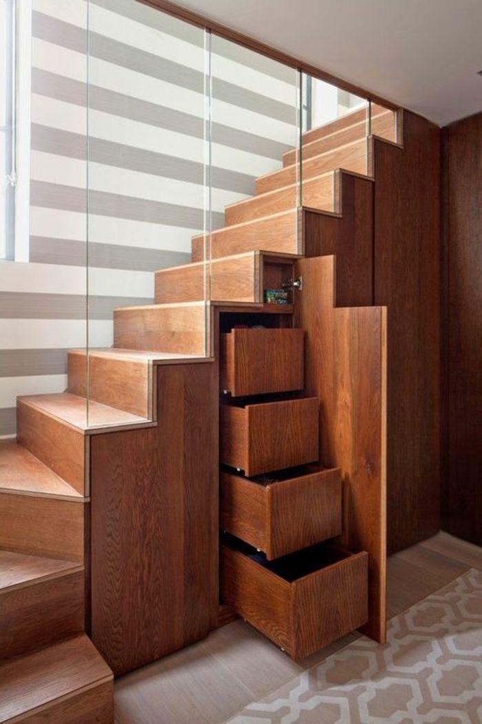 escalier en bois tournant, garde corps en verre et rangements