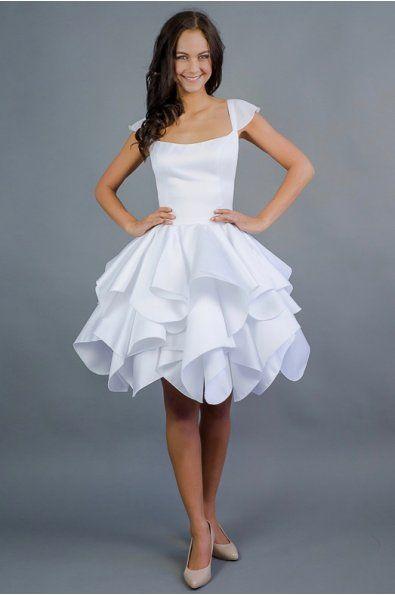 Krátké svatební šaty ROSE    šaty mají hlubší korzetový výstřih  tenké ramínka s lehkým šifonovým rukávkem volánová sukně  délka sukně 53 cm, lze upravit  šaty šijeme na zakázku