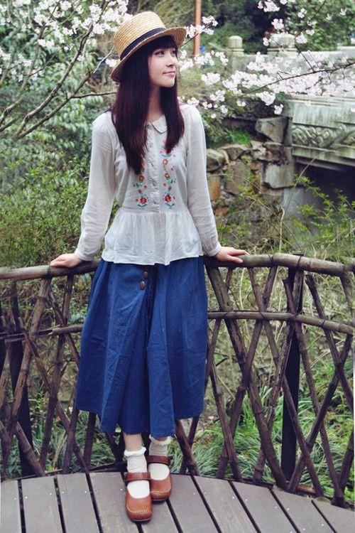 Eerbare kleding in de Japanse 'bosmeisjestijl'. Modest clothing in the Japanese forest girl style. 'Mori kei' (more = forest, kei = style).