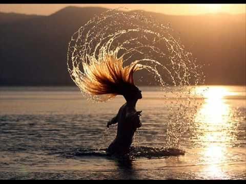 La Pincoya: La Isla de Chiloé tierra de magia.Cuentan los marinos que bajo del mar vive una hermosa sirena de largos cabellos que rara vez se deja ver. Ella es la fecundidad del mar y de ella depende la escasez o la abundancia de peces . Es importante que los pescadores roten los sitios donde pescan o si no la Pincoya se enoja y abandona la zona dejándola estéril. Es además importante ser buenos compañeros entre ellos y ser gentiles con el mar para que vengan mejores y despejados tiempos.