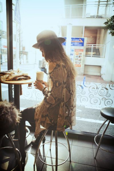 People drinking coffee: Cities Style, Snakes Prints, Coffee Shops, Snakes Skin, Outfit, Memorial Shops, Hats Hair, Animal Prints, Snakeskin