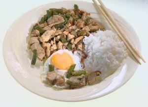 Как приготовить курицу по-тайски http://womenbox.net/stars/kak-prigotovit-kuricu-po-tajski/  Как приготовить курицу по-тайски В жаркую погоду совсем не хочется есть жирные и тяжелые блюда. Поэтому Барышня и Кулинар предложили легкий летний обед с оригинальным салатом и легким супом Курица