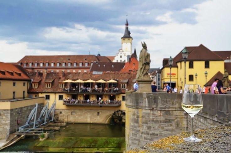 Würzburg - pisze sie.  - Bydziecie udziwiyni! / Będziecie zaskoczeni!  - #belekaj #godej #rajza #wurzburg #würzburg #altemainbrücke #podróż #podróże #podroze #nowypost #zwiedzamy #zwiedzanie #blogpodrozniczy #blogtroterzy #wakacje #topgermanyphoto #visitgermany #germany #deutschland #niemcy #ig_deutschland #instatravel