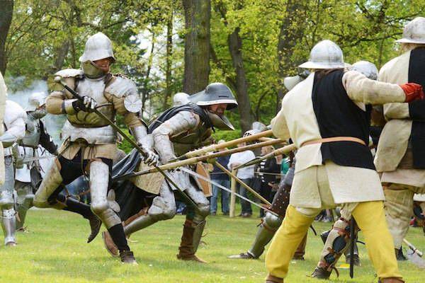 Vikingen vallen Kasteeltuinen Arcen binnen bij Kasteeltuinen Arcen  https://www.fijnuit.nl/528/kasteeltuinen-arcen