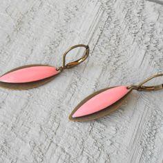 Petite boucle d'oreille sequin émaillé rose