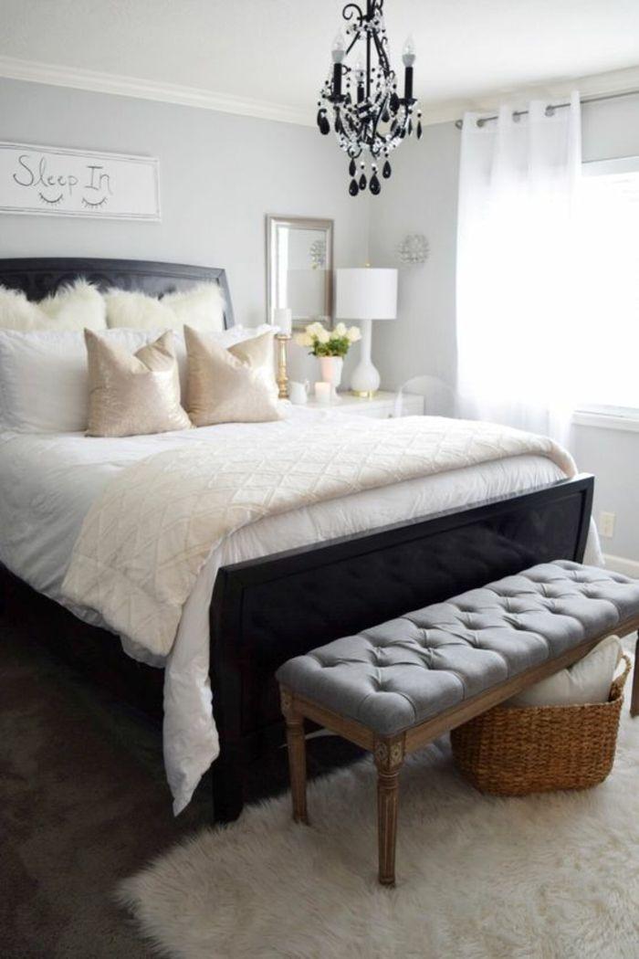 meuble baroque grande chambre à coucher avec un lustre à pampilles noires