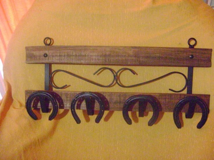 perchero rustico con herraduras