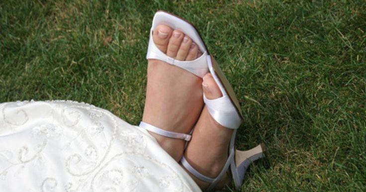 Como tingir sapatos de couro branco de preto . Se os seus sapatos de couro branco estão começando a parecer sujos ou encardidos, ou talvez você só queira um novo visual para eles, considere tingi-los de preto. Tingir sapatos de couro branco de preto é uma maneira barata de embelezá-los. Tinturas especiais estão disponíveis para tingimento de couro. Elas penetram profundamente nas fibras do ...
