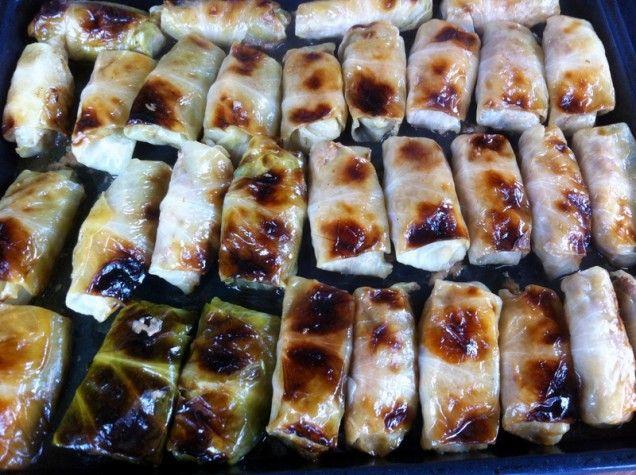 Om man gör en hel långpanna med kåldolmar har man flera härliga middagar i frysen. Husmanskost tar inte tid – den klarar sig själv! (Av överbliven kål gör man lätt en kålpudding till...