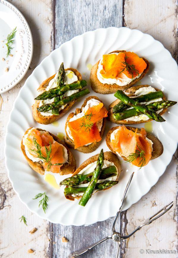 Crostinit eli rapeiksi paahdetut patonkiviipaleet muuntuvat täytteillä juhlasta toiseen. Leipälajitelmaan voi valita useita makuja, jotka huomioivat myös eri ruokavaliot. Tämä lautanen sisältää kylmäsavulohen lisäksi pari kasvisvaihtoehtoa. Tai ehkä porkkanalohi on jotain tältä väliltä, sillä