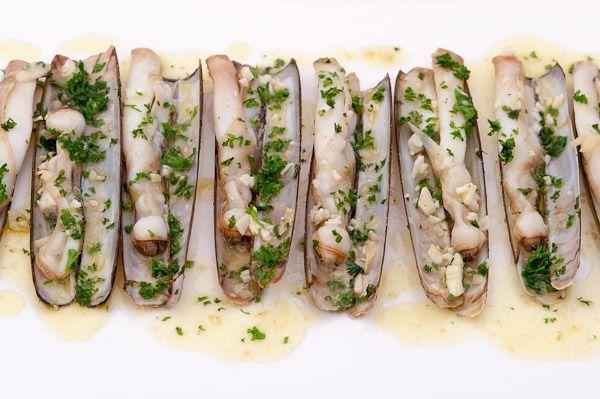 Lekker en makkelijk visgerecht met scheermessen en peterselie. Bekijk hier het recept om te zien hoe dit lekkere gerecht te bereiden is!