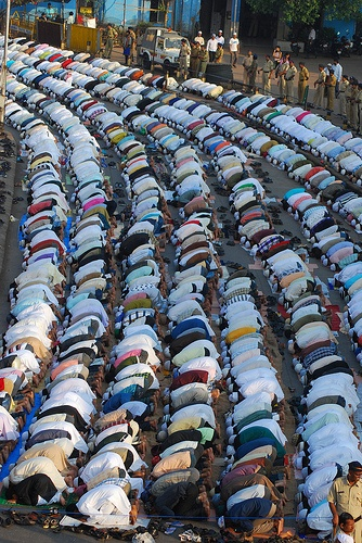 Bakra Eid Namaz Bandra Station Road 2010 *Peace between millions of Muslims, Christians, Buddhists - we are being manipulated against one another slow wars by The United States of Israel *