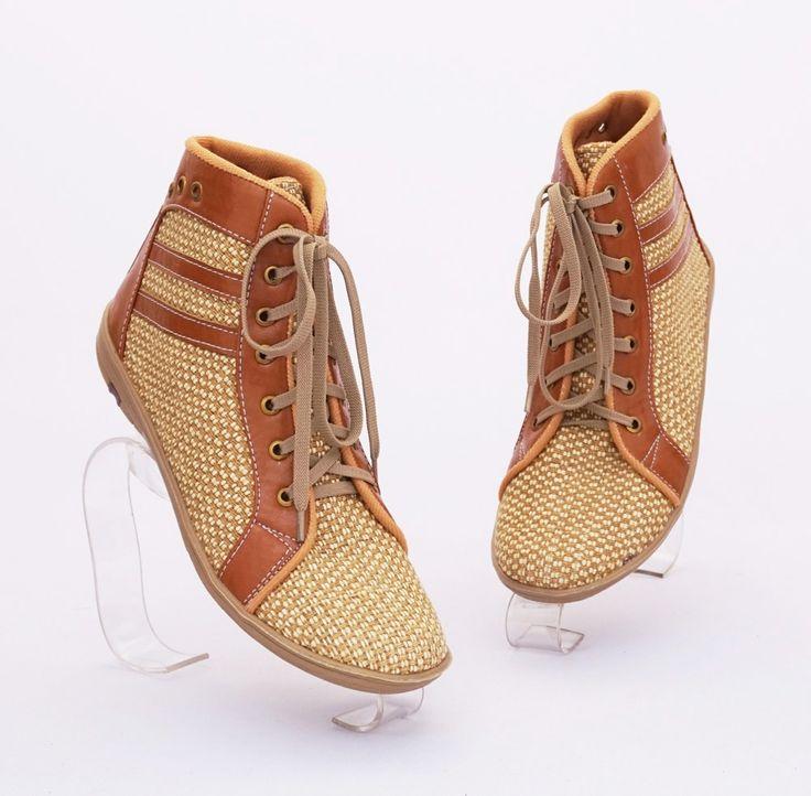 Sepatu boot anyam casual fashionable. Warna coklat. Bahan kulit sintetis dan anyam