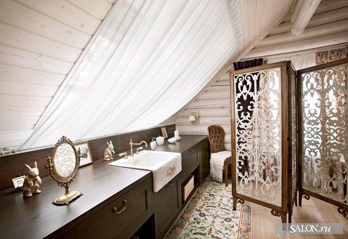 Элегантная ванная комната с выбеленным срубом и темной мебелью на контрасте #сруб #ванная