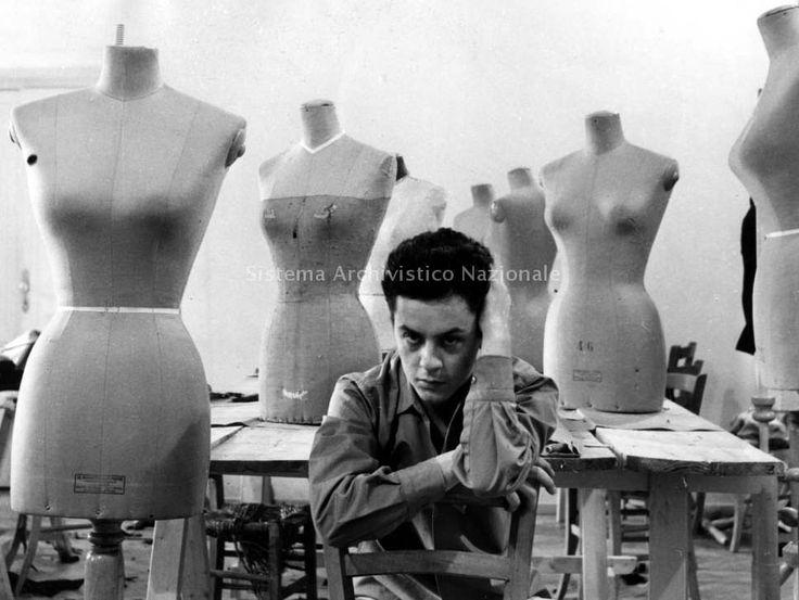 Roberto Capucci commence sa Carrière en 1950 dans un Atelier sur la Via Sistina, à
