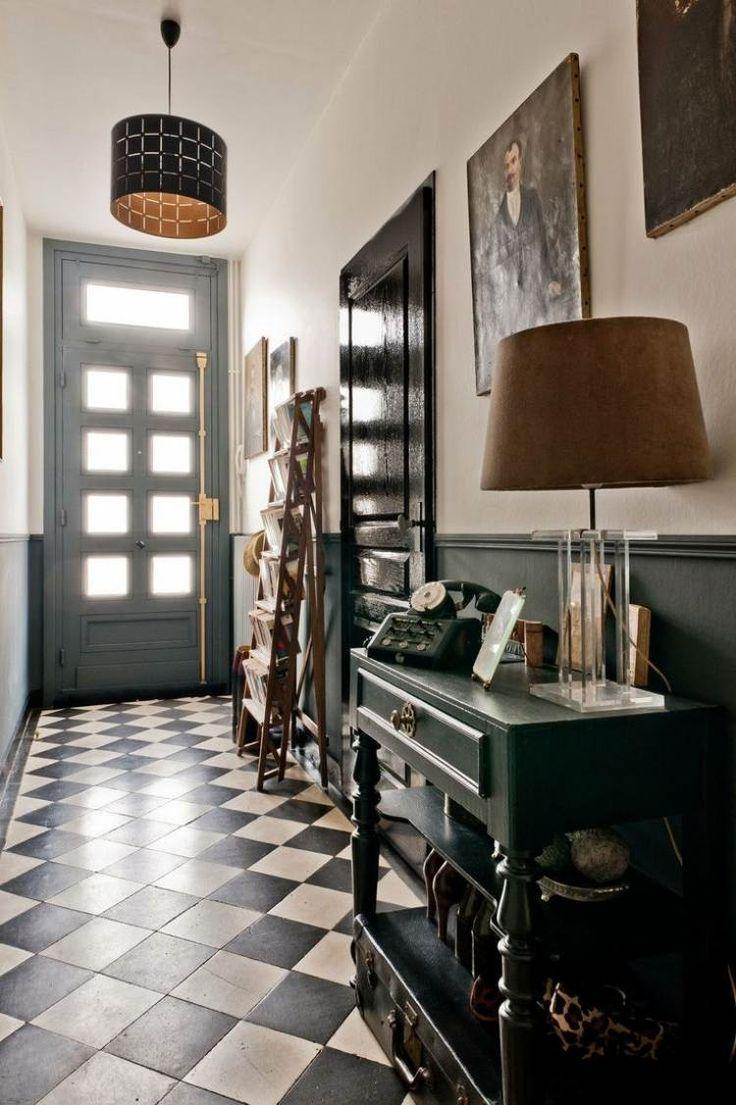 carreaux de sol en céramique en damier, luminaire original et commode vintage en…