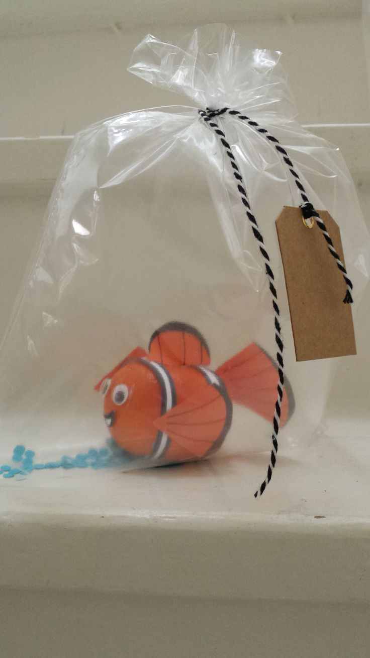 Nemo van mandarijn, Nemo of a tangerine. An easy healthy treat. Using white and orange paper, black marker, little eyes/wiebeloogjes and duplex tape/dubbelzijdig tape (no scotch tape/plakband, no glue. That won't work) . A freezer bag/diepvries Zipp zakje filled with air and some blue confetti, a string and a name label completes it.