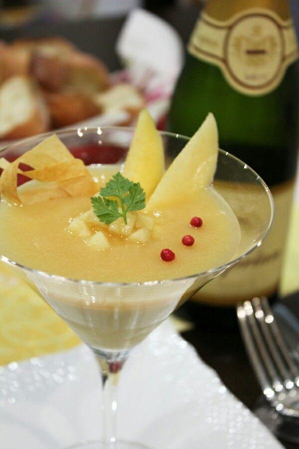 「夏の前菜 甘いとうもろこしと桃のコンポジション』。甘い甘い旬のとうもろこしのムースにジューシーな桃を合わせたコンポジション前菜です。