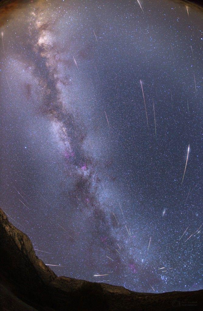 *-* Maximum Perseid pozorované z chorvatského ostrova Hvar v roce 2013. Zřetelně je vidět radiant, místo odkud meteority zdánlivě vylétají. Na snímku můžete napočítat celkem 67 stop meteoritů