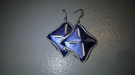 Made in Alsace -  Boucles d'oreille à base de capsules de café bleues travaillées en forme de carré.   Le matériau utilisé est très léger.  Les fermoirs sont sans nic - 16947173