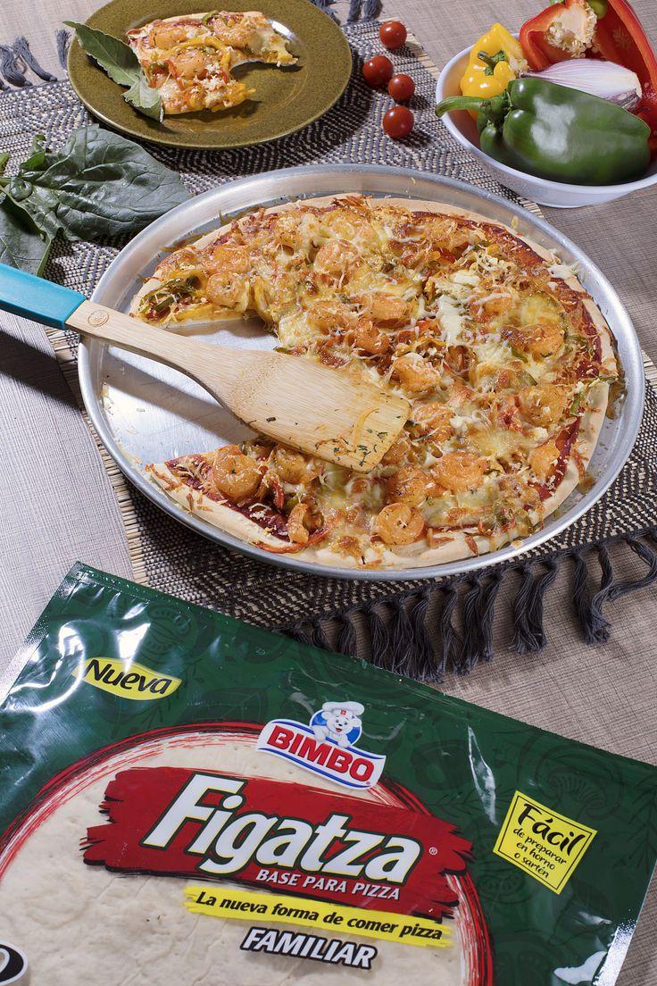 1 Figatza Familiar Bimbo 200 g. de queso costeño 200 g. de queso mozzarella rallado 200 g. de camarón 1 cebolla morada 1 pimentón una pizca de paprika 1 cucharadita de cilantro picado  Pon la pasta de tomate incluida en el empaque sobre la Figatza y hornea por 5 minutos. Aparte en una sartén caliente, saltea los camarones junto con la cebolla, el pimentón en julianas, el cilantro, la paprika, sal y pimienta. Pon la anterior mezcla sobre la Figatza junto a los quesos y hornea.