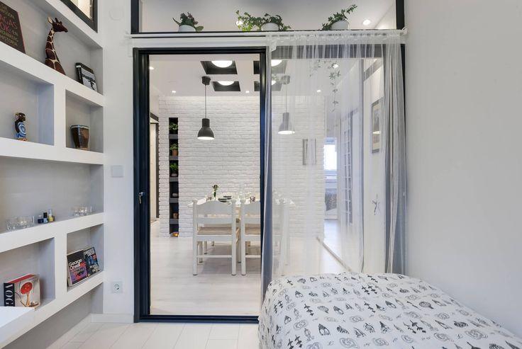Stockholms mestyteffektiva5:a? Detta arkitektritade och nyrenoverade hem från Nik Arcitechts är något utöver det vanliga. Exceptionellt vacker och väldisponerad bostad om 5 rum och kök varav fyra sovrum. Helkaklat badrum, snyggt nytt kök med stor intilliggande matplats, generöst vardagsrum och solig balkong. Fina detaljer och infälld dimbara spotlights. Trots sin ringa storlek om 74 kvm upplevs denna bostad som mycket större då varje litet skrymsle, varje centimeter är planerat in till…