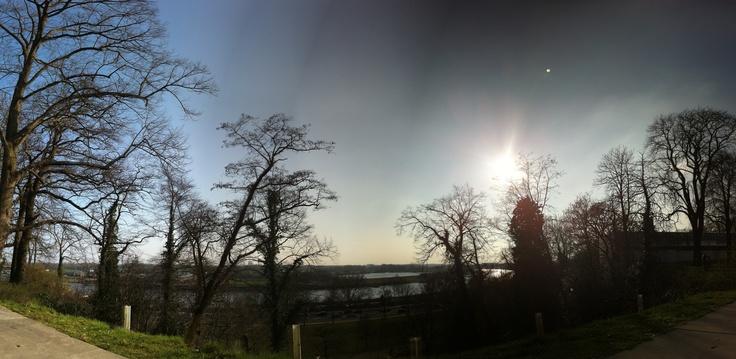Stuwwal met uitzicht op de Rijn