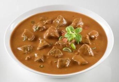 Maso (700 g) a brambory (500 g) nakrájet na kostky, kapustu (menší hlava) nakrájet nadrobno, cibule (2) taky nadrobno. Na třech lžících tuku zpěnit cibuli, přidat osolené a opepřené maso a nechat osmahnout. Podlít vývarem (3 dl), zakrýt a nechat asi hodinu dusit. Pak přidat syrové brambory a kapustu a za mírného podlévání dusit doměkka. Případně dokořenit (sůl, pepř i oregano). Příloha: chléb