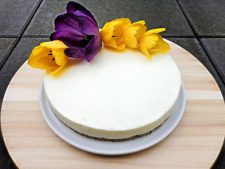 Nobake cake- Lotus cookies and mascarpone cream with edible flowers - Tulips
