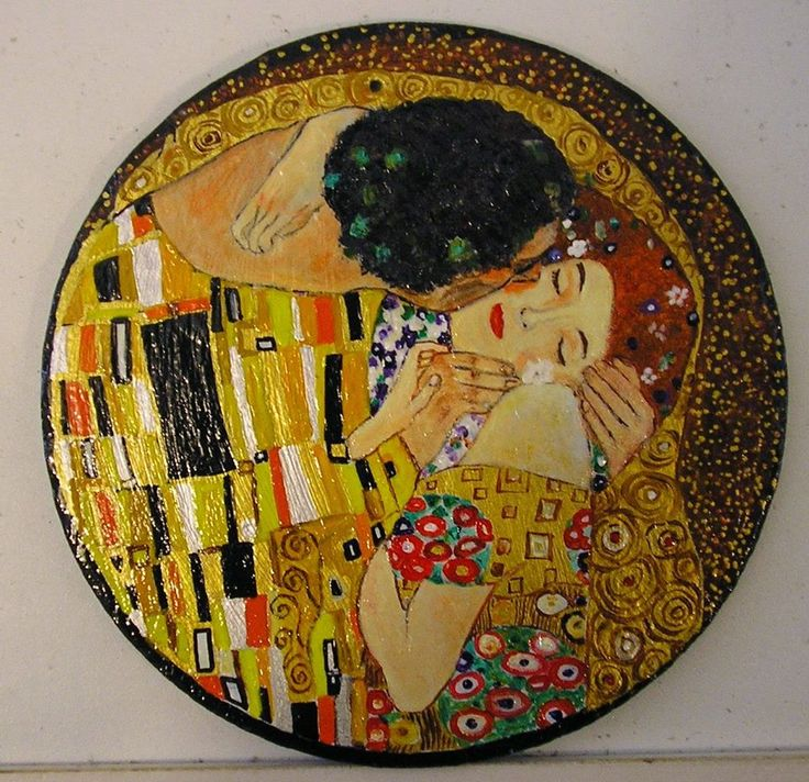 Il Bacio di Klimt dipinto su ardesia rotonda