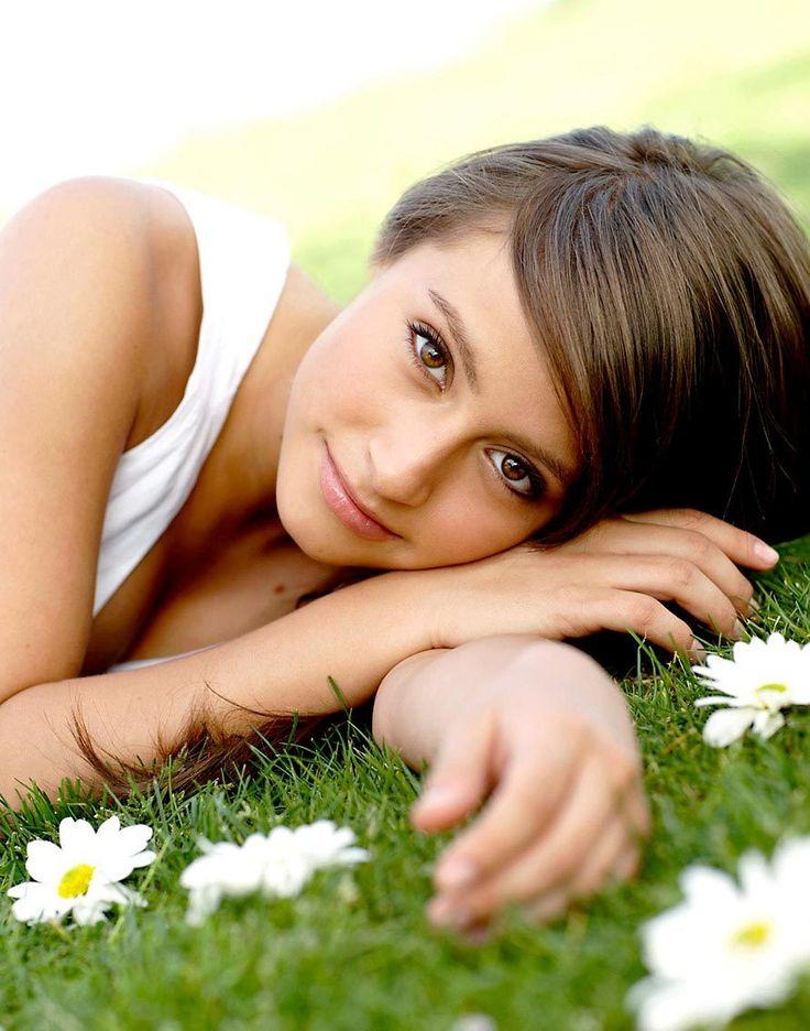 senior girl and daisies