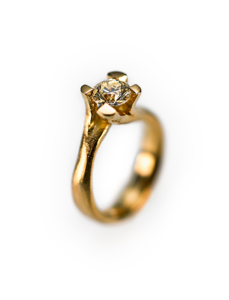 Organic style diamond ring.  Organisk diamantring.   Wedding rings, wedding bands,  vielsesringe - Milas Jewellery