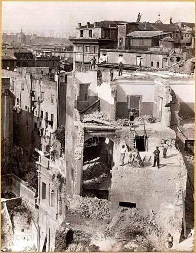 Foto storiche di Roma - Fori Imperiali: Demolizioni della scuola Principessa Iolanda sull'emiciclo dei mercati traianei  Settembre 1928