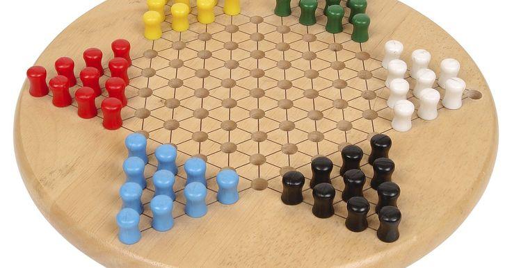 Cómo hacer un juego de damas chinas . Si estás buscando una actividad para hacer en un día de lluvia o si deseas hacer un regalo especial para un ser querido, considera la creación de tu propio tablero de damas chinas. Las damas chinas es un juego de mesa en forma de estrella en el que los jugadores tratan de mover todas sus piezas de un triángulo al triángulo opuesto. Aunque este ...