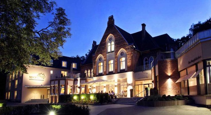 Parkhotel Berghölzchen Hildesheim This 4-star hotel is located in the Moritzberg district of Hildesheim, just 2.5 km from the historic city centre. It offers modern rooms with cable TV and well as a rich breakfast buffet every morning.
