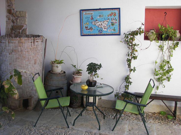 Spazio interno della corte contadina - Baglio Cantello, Paceco (TP), Sicilia, Italia. Interior space of the court farmer - Baglio Cantello, Paceco (TP), Sicily, Italy.