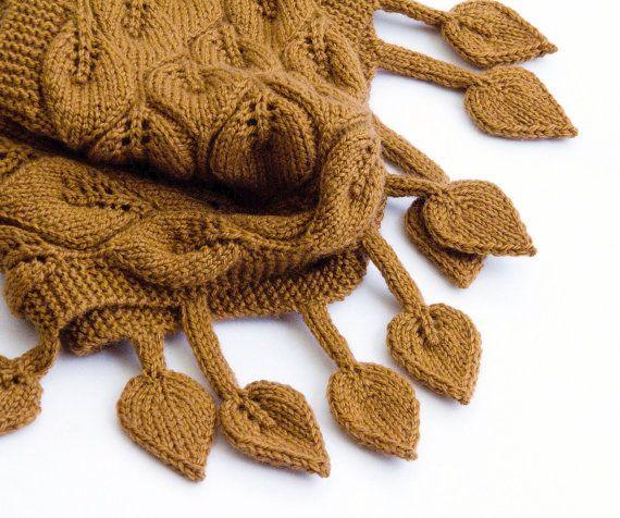 Ähnliche Artikel wie Braune Schulter Blätter Wrap, stricken Blatt Muster und baumelnd in Hasel auf Etsy