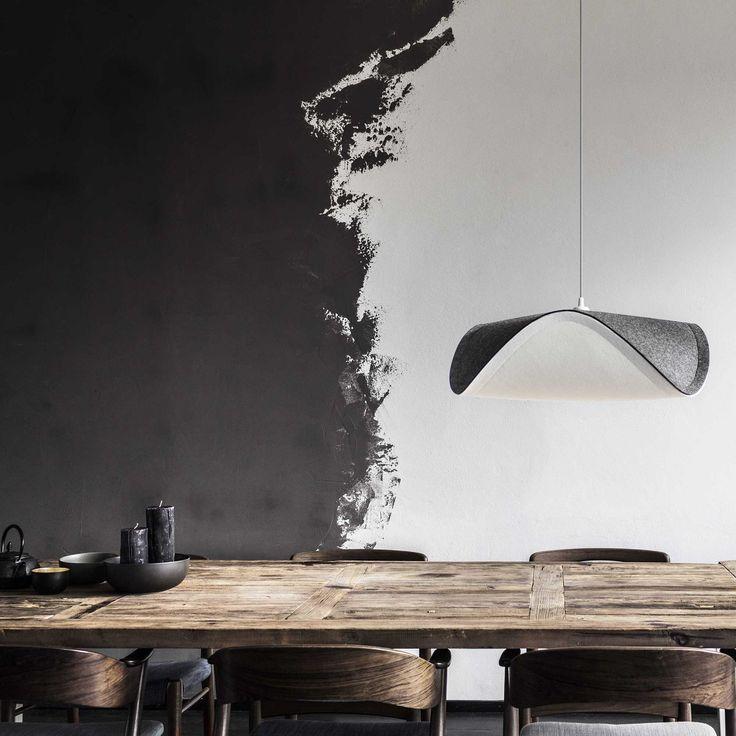 Le designer hongrois signe cette suspension de la collection Sine pour le compte de VITA Copenhagen. Composé d'un abat-jour en feutrine asymétrique, ce modèle est équipé d'un câble d'alimentation gainé de textile noir.  Avec un design organique associant symétrie et asymétrie, blanc et gris foncé ; la suspension Sine signée par le designer Miklos Leits, apportera une atmosphère des plus agréables grâce à la diffusion d'une lumière douce et cosy rappelant le style et la philosophie nordique.