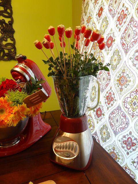 Ideia super legal para o chá de cozinha: utilizar os eletrodomésticos como parte da decoração.