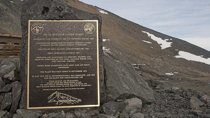 Ouverte en 1962 son réacteur générait 18 MW d'énergie électrique et évitait de consommer 5'700 litres de pétrole par jour. Elle fut fermée en 1972 pour des raisons de sécurité  #histoire #images #technologie #antarctique #base #centrale nucléaire #McMurdo