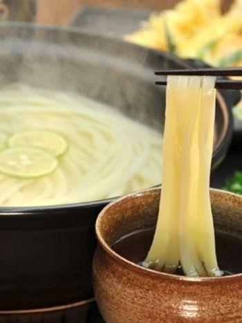 寒い日はみんなで鍋を囲みたい♡美味しい土鍋料理のレシピ   キナリノ みんなで温まる土鍋を囲む釜あげうどん