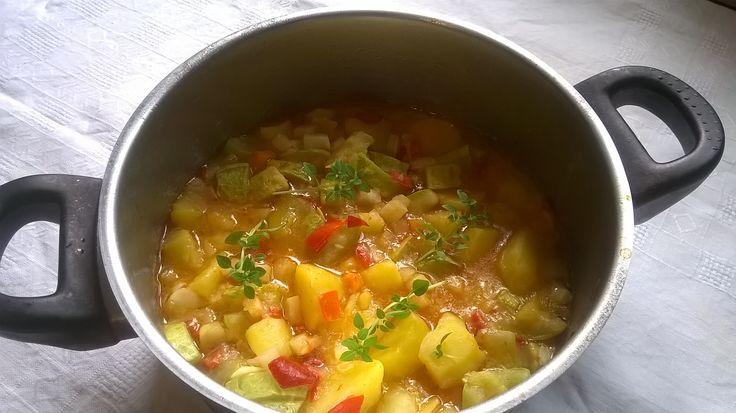 Simplu, rapid si sanatos. 45 de retete culinare sunt detaliate mai jos. Imbina perfect legumele, fructele, carnea si verdeturile pentru a oferi maxim de nutrienti si vitamine, minerale si elemente …